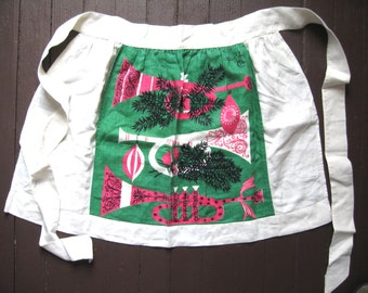 Tammis horns. Vtg linen half apron / Christmas holiday / Tammis Keefe / Noel horn / 1950s midcentury / green pink white