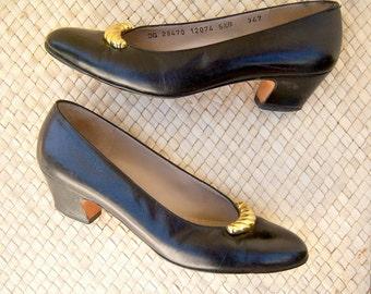 Vintage Ferragamo pumps / navy blue gold Saks Fifth Avenue ITALY / womens 5.5 B