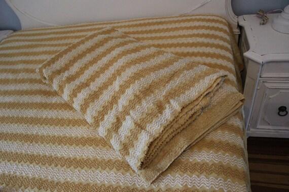 paire de couvre lit chenille vintage double complet or zig. Black Bedroom Furniture Sets. Home Design Ideas