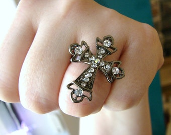 Vintage gunmetal silver and clear crystal cross ring- size 8.5