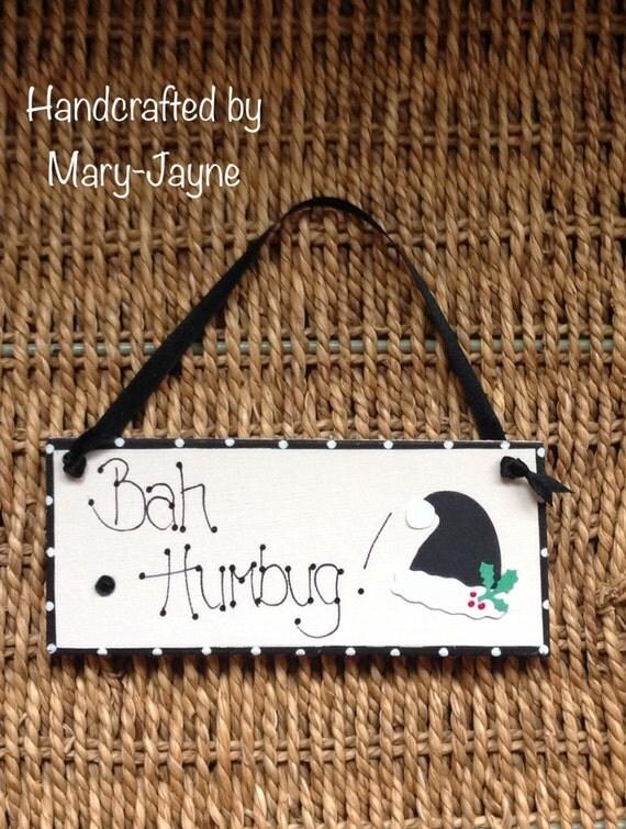 """Wooden Christmas Sign """"BAH HUMBUG"""" Xmas Plaque FUNNY Plaque Scrooge Dickins Grinch Black Santa Hat Gem"""
