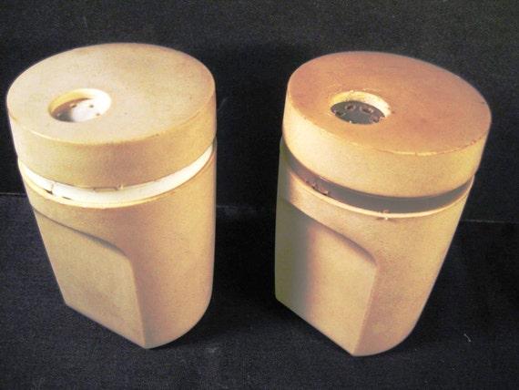 Retro vintage tupperware salt pepper shakers 1471 12 for Vintage tupperware salt and pepper shakers