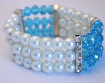 Vintage pearl and crystal bead bracelet. Blue. Elasticated.