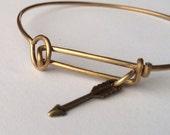 style 381>57 Wire bangle bracelet minimal arrow gold