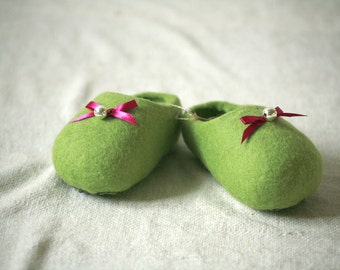 Green wool felt slippers with pink bow and bell decors, baby slippers, handmade wool slippers