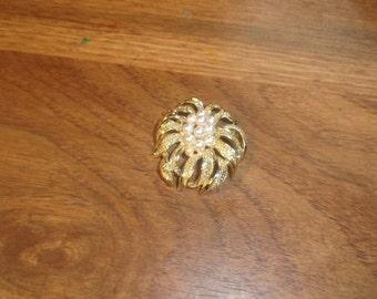 vintage pin brooch goldtone faux pearls