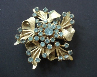 Wonderful  VINTAGE BROOCH Sky Blue Color Stones Gold Tone Austrian Crystal