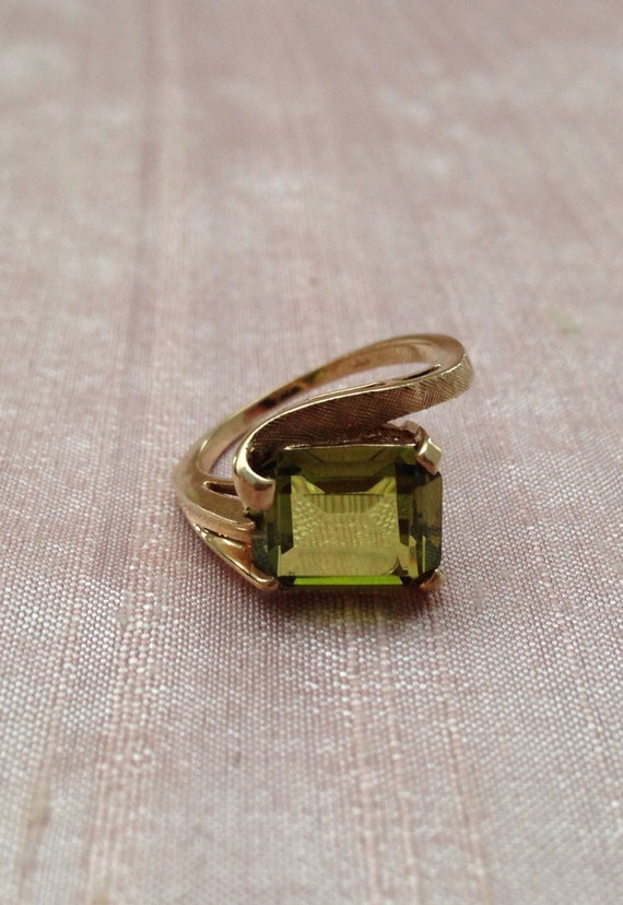 vintage emerald cut peridot gold ring by bizzyjuly on etsy