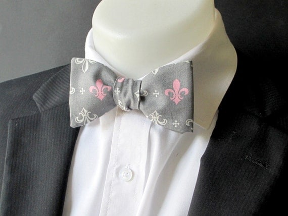 noeud papillon pour homme en gris rose et blanc fleur de lys. Black Bedroom Furniture Sets. Home Design Ideas