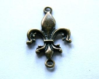 6 Antique Bronze Fleur de lis Charms/Pendants