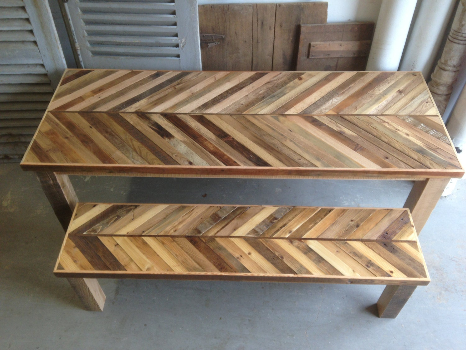 Reclaimed pallet and barn wood kitchen table with matching for Palette table de jardin