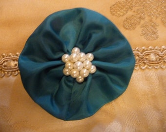 Hair Domayne Green Hairclip with pearls in centre