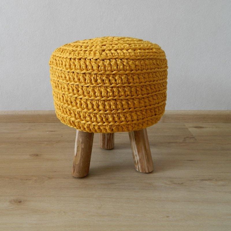 selles jaune bonneterie petit tabouret 3 pieds en bois fait. Black Bedroom Furniture Sets. Home Design Ideas