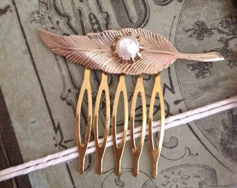 Small gold leaf with pearl in center hair comb