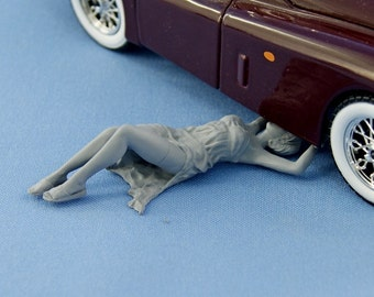 1/24 Pinup girl fixing a car - figure for die-cast car models