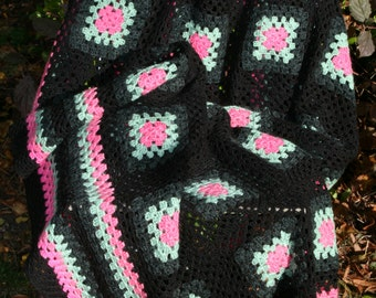 Pivoine : Pretty french vintage afghan blanket, granny squares edged in black