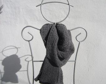 patron d'écharpe grise au crochet en pure laine pour lui ou pour elle