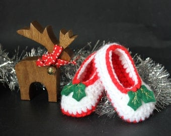 Christmas baby booties / shoes up to 6mths - red and white crotchet bootees, felt holly, gold machine embroidery, Christmas outfit