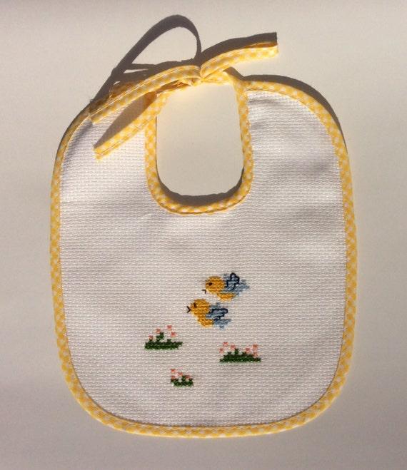 Bavaglino giallo ricamato a punto croce per neonati per la for Ricami punto croce neonati