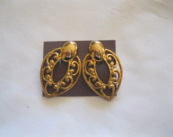"Avon ""Dramatic Art"" Clip Earrings"