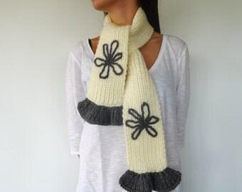 Bufanda beige con flores bordadas hecha a mano. Bufanda con volantes. Bufandas tejidas. Ideas para regalar. Bufandas originales