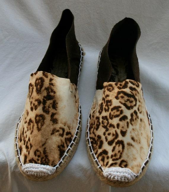 Alpargatas / zapatillas / espardenyes de esparto, decoradas con tela de estampada de leopardo.