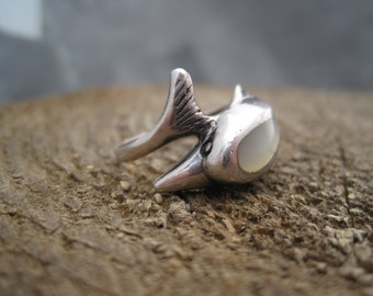 Mother of Pearl and Silver Ring - Dolphin Ring - Beach Inspired Jewelry - Silver Dolphin - Mother of Pearl Inlay - Vintage Ring