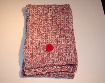 Knitted children's scarf whit a fuchsia flower