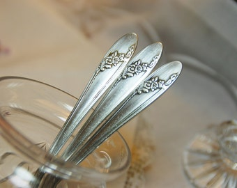 "Charming ""Queen Bess"" Oneida Tudor Plate Teaspoons, Set of Three,  USA 1946"
