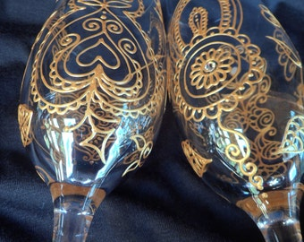 Wedding champagne toasting flutes (2)Hand painted glass art in metallic finish. Mehndi style designs.Personalization availble.Dishwash safe