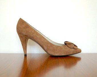 tan suede heels - 80s vintage taupe tan brown leather retro flower bow pointed toe boho bombshell pinup stiletto pumps size 10 40 41 shoes