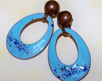 SJK VINTAGE -- Unsigned Copper Screw Back Earrings with Robins Egg Blue Speckled Enamel Hoops (1940's-50's)