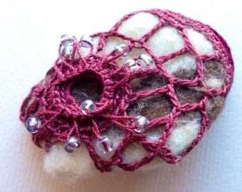 Molusco mauve freeform crochet brooch