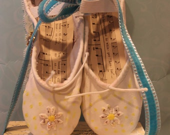 Ballet Slippers, White Ballet Flats,  White and Yellow Daisy Hand Painted Sparkly, Sparkly Daisies, size 11.5B Children's Ballet Slippers