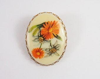 Daisy Flower Cameo Plastic Disk Brooch Vintage 70s Jewelry