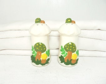 Vintage Mushroom Salt And Pepper Shakers . Kitchen Decor . Retro Hippie
