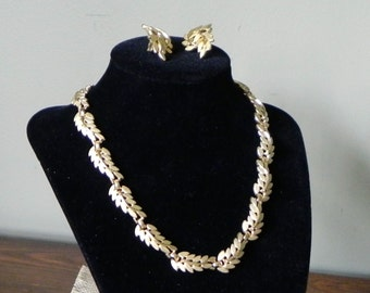 Vintage gold necklace Trifari choker gold and brushed gold leaf pattern demi parue with earrings clip on