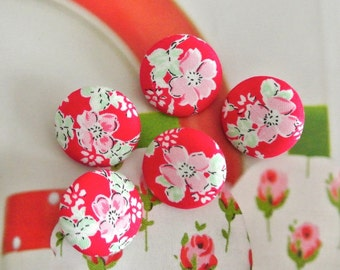 Fabric Buttons, Shabby Red Pink White Flower Floral Fabric Covered Button, Red Flower Fridge Magnets, Flat Back Button, 1 Inch 5's