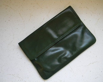 vintage. 70s Italian Deep Green Leather Clutch // Made in Italy