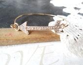 DIRECTIONALLY challenged paved arrow skinny bangle bracelet (gold)