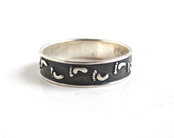 925 Sterling Silver Band / Ring - Footprints Design - Size 7