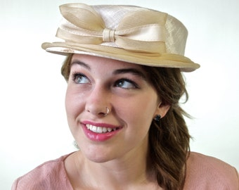 1960's Ecru Champagne Linen and Netting Bow Grosgrain Gigi French Style Hat Chapeau
