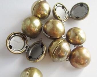Vintage Locket, Photo Jewelry, Sentimental Keepsake Jewelry, Brass