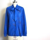 Vintage 1970s Devon blouse with retro boomerang print - pussy bow - long sleeves - size XL - sapphire blue