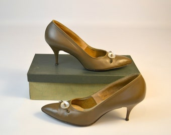 1960s Bow Knot Otter Beige Pumps by Trim Tred Creative Fashion