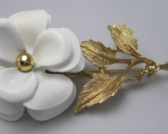 Avon Vintage Brooch - White Daisy - Gold tone Metal - Floral Brooch - Flower Brooch