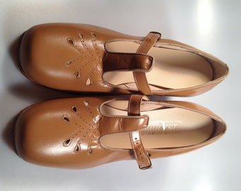 Genuine LEATHER T-Strap Shoes 1950s Vintage Beige Leather Shoes Cuban Heel New Old Stock Never Worn 9.5 B