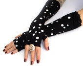 Black and White Dots Fingerless Gloves , Arm warmers with black lace - Gloves , Hand Warmers , Cuffs , polka pots , Goth , pin up