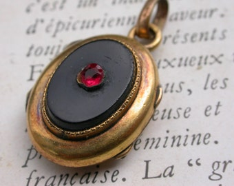 French antique 19th century 18k gold vermeil pendant engraved art nouveau star Ruby red  Reliquary photo holder loclet hammered