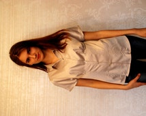 Vintage Woman 90s Mod Beige Blouse / Beige Shiny Satin / Shell Small Button / Short Sleeves / Sz M